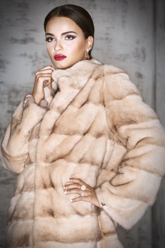 На модных показах зима 2015-2016 можно было встретить меха норки розового, красного цвета, а также оттенка морской