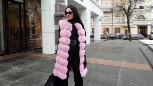 Яркая розовая модель